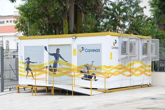 Agência dos Correios em container é sucesso entre clientes no Rio de Janeiro